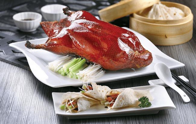 Vịt quay là món ăn bạn nên thử khi tới quán ăn.