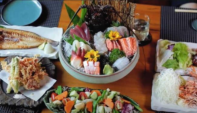 Sushi là món ăn đặc biệt của quán.